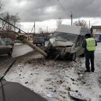 Маршрутка сбила столб, который упал на легковушку в Омске