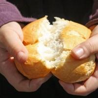 Омич заснял на видео продавца, которая без перчаток брала хлеб