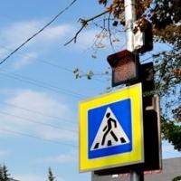 Возле 12 омских школ появились светофоры на солнечных батареях