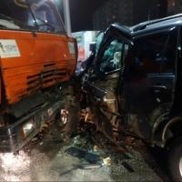 В Омске мусоровоз врезался во внедорожник