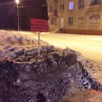 Красные билборды появились вновь на омских сугробах