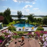 Бывший омич продает коттедж с двумя бассейнами на берегу Иртыша