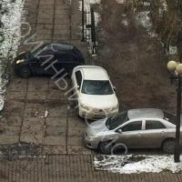 Омские мастера парковки на Тарской припарковались «змейкой»