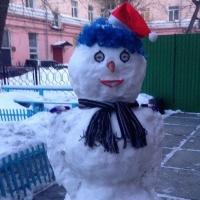 На Левобережье Омска слепят креативных снеговиков