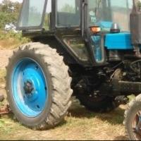 Под Омском перевернулся трактор: водитель в больнице