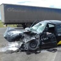 На объездной дороге в Омске такси разбилось о фуру