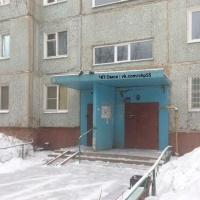 Омич обнаружил тело женщины на козырьке подъезда