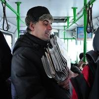 Известного продавца газет выгнали из омского автобуса