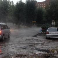 Дождь не помешал омским дорожникам менять асфальт на улице Лаптева