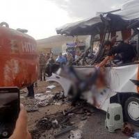 В Турции экскаватор упал на пассажирский автобус