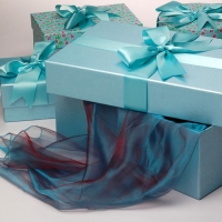 Как украсить подарочную коробку?