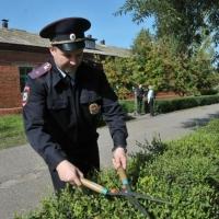 Омские полицейские устроили субботник в школе-инернате №17
