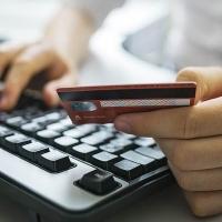 Интернет-продавец вошел в доверие омичу и списал деньги с его карты