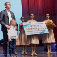 Многодетному омичу вручили сертификат на один миллион рублей для приобретения микроавтобуса
