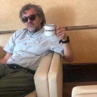 Кустурица пьет из кружки популярной омской кофейни