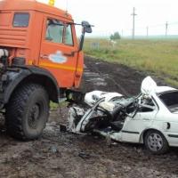 На трассе в Омской области водитель иномарки погиб под КамАЗом