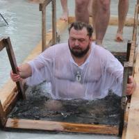 Омский депутат Морозов дал фору Валуеву и Жириновскому, окунувшись в крещенскую прорубь