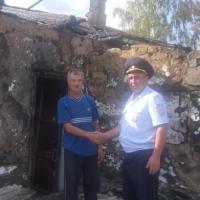 Омский полицейский спас односельчанина из огня