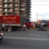 В Омске у сбитого мотоциклиста от удара раскололся шлем
