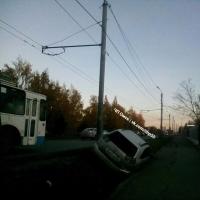 В Омске на Хмельницкого разбилась машина, которую подрезал автохам