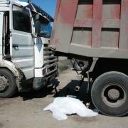 Омича зажало насмерть между грузовиками