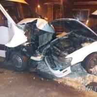 В Омске водитель и пассажир иномарки пострадали в ДТП с маршруткой