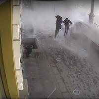 На улице Ленина с крыши свалилась снежная лавина прямо на омичей