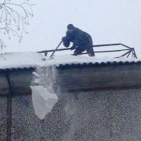 В Омске 4-летнего ребенка накрыло снежной лавиной с крыши