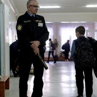 Родители омских школьников за свой счет могут заказать услуги ЧОПа