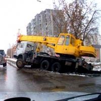 В Омске на Шебалдина автокран провалился в кювет