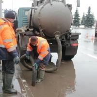 Омские дорожники откачали с улицы Малиновского 330 кубометров воды