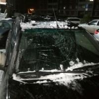 В Омске от снега с крыши пострадали автомобили