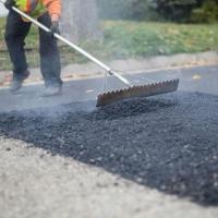 Фадина сама чувствует ямы на омских дорог и сообщает о них рабочим