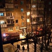 При пожаре в омской пятиэтажке погиб пенсионер, а его гость получил ожоги