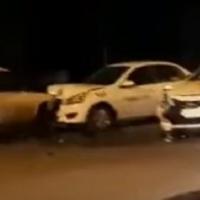В Омске на Левобережье столкнулись два такси и отечественный авто