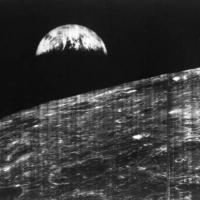 NASA опубликовало первую в истории фотографию Земли с Луны