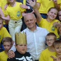 Назаров сфотографировался с юными КВН-щиками Тары
