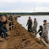 Спасатели продолжают бороться с «большой водой» в Усть-Ишимском районе