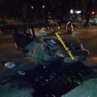 Ночью омичка на BMW влетела в столб