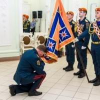 Корбут торжественно простился со знаменем МЧС