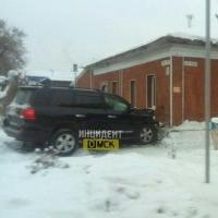 В центре Омска Land Cruiser врезался в дом