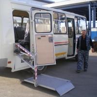 В Омске по маршруту №55 пустили автобус с пандусом для инвалидов и плакатом «ЕдРа»