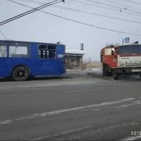 В Омске КамАЗ протаранил троллейбус