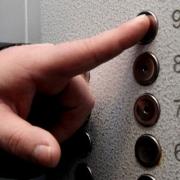Омичей обяжут страховать лифты