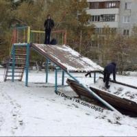 Суд обязал УК заплатить омичам 36 тысяч рублей за занозу на ягодице ребенка