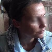 В Омске задержали 37-летнюю мошенницу, снимавшую золото вместе с «порчей»