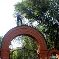 Неадекватный омич грозился спрыгнуть с арки возле церкви