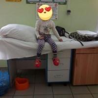 В омской больнице больного ребенка положили на стол