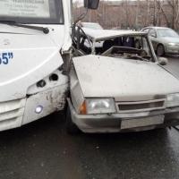 На Космическом проспекте в Омске столкнулись ВАЗ и автобус