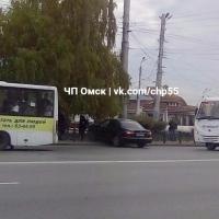 Автоледи в Омске устроила ДТП, влетев в забор